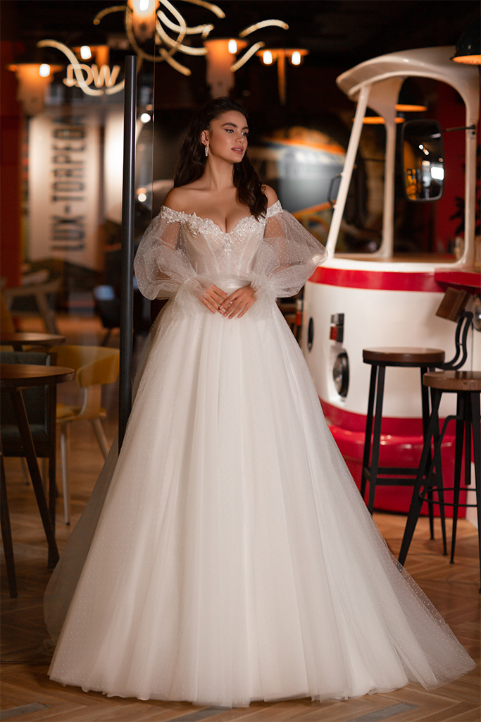Wedding dresses Klarisa Collection  Gloss  Silhouette  Ball Gown  Color  Ivory  Neckline  Sweetheart  Sleeves  Detachable  Off the Shoulder Sleeves  Train  With train - foto 2