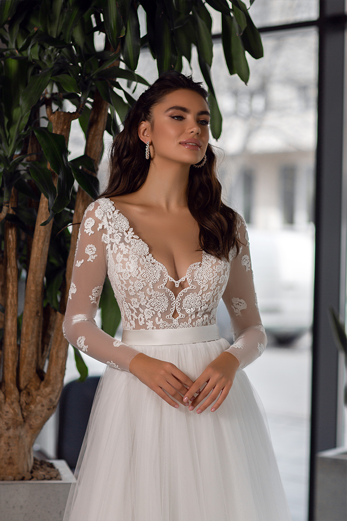Wedding dresses Klodin Collection  Gloss  Silhouette  A Line  Color  Ivory  Neckline  Portrait (V-neck)  Sleeves  Long Sleeves  Fitted  Train  With train - foto 2