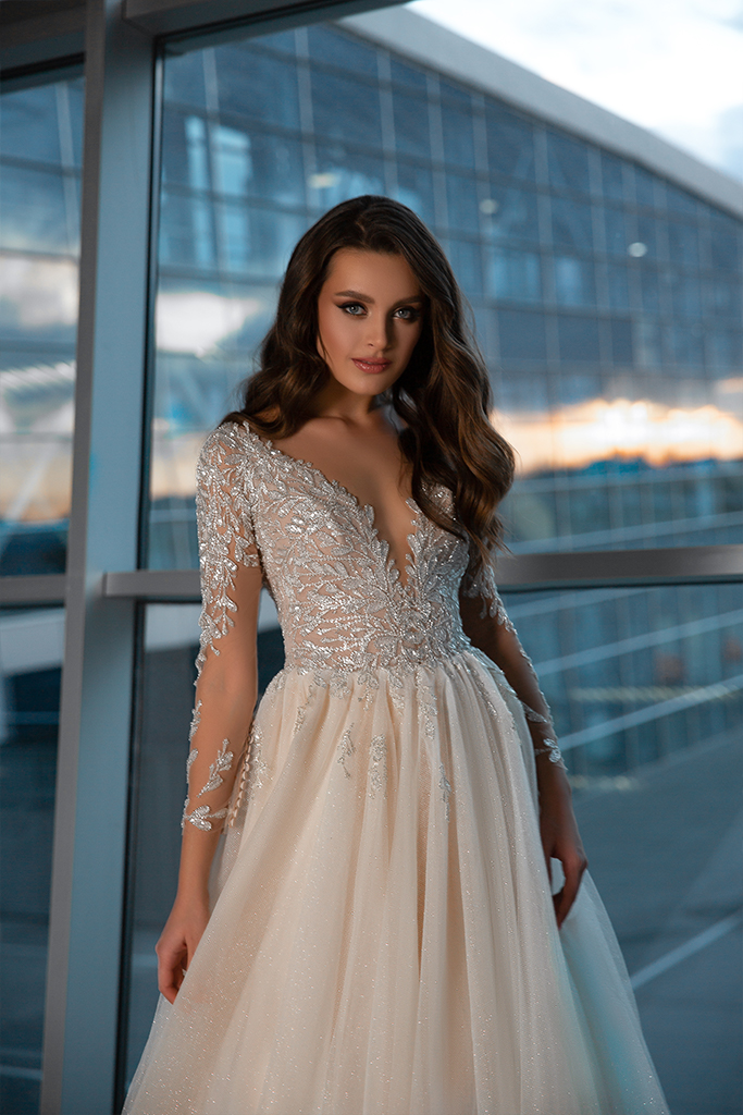 Wedding dresses Monreal Collection  Gloss  Silhouette  Ball Gown  Color  Ivory  Neckline  Portrait (V-neck)  Sleeves  Long Sleeves  Fitted  Train  With train - foto 3