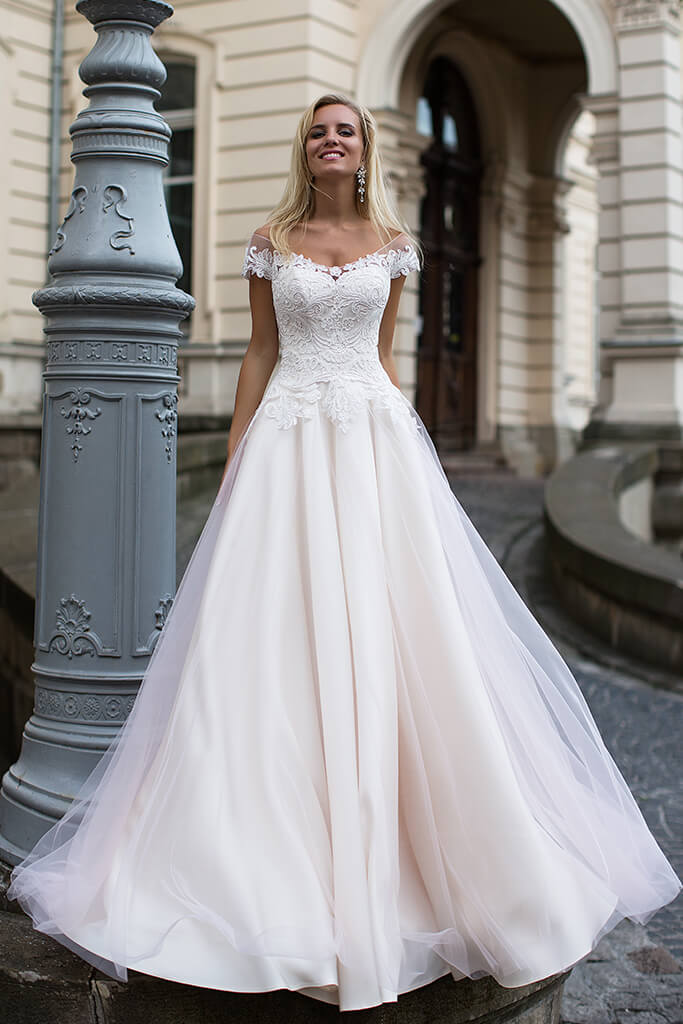 Wedding dresses Dolce Collection  Iconic Look  Silhouette  A Line  Color  Cappuccino  Ivory  Neckline  Sweetheart  Sleeves  Off the Shoulder Sleeves  Train  No train - foto 2