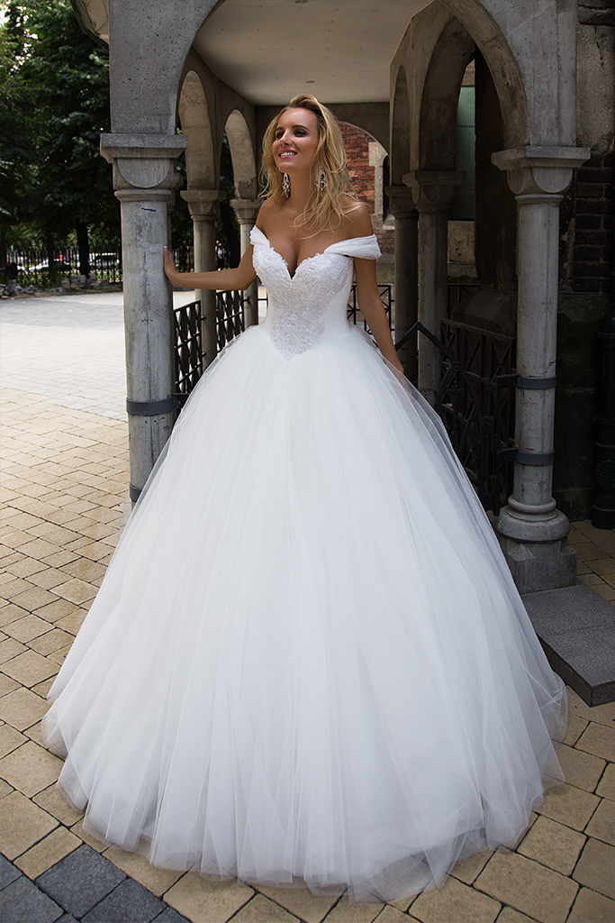Wedding dresses Cecilia Collection  Iconic Look  Silhouette  Ball Gown  Color  Ivory  White  Neckline  Sweetheart  Sleeves  Off the Shoulder Sleeves  Train  With train - foto 2