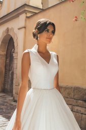Wedding dresses Benedict Collection  City Passion  Silhouette  A Line  Color  Ivory  Neckline  Portrait (V-neck)  Sleeves  Wide straps  Train  With train - foto 4