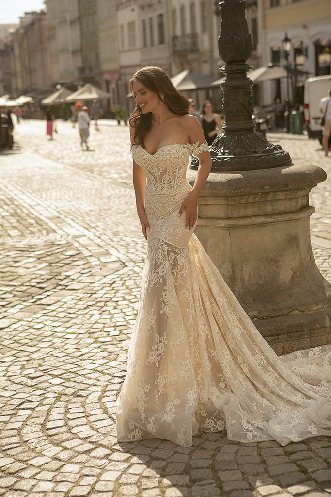 Wedding dresses Corinne Collection  City Passion  Silhouette  Fitted  Color  Ivory  Neckline  Sweetheart  Sleeves  Wide straps  Off the Shoulder Sleeves  Train  With train - foto 2