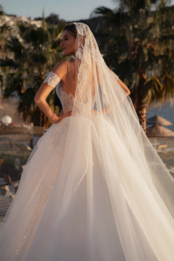 Wedding dresses Diva with cape Silhouette  Ball Gown  Color  Ivory  Neckline  Sweetheart  Sleeves  Sleeveless  Train  With train - foto 4