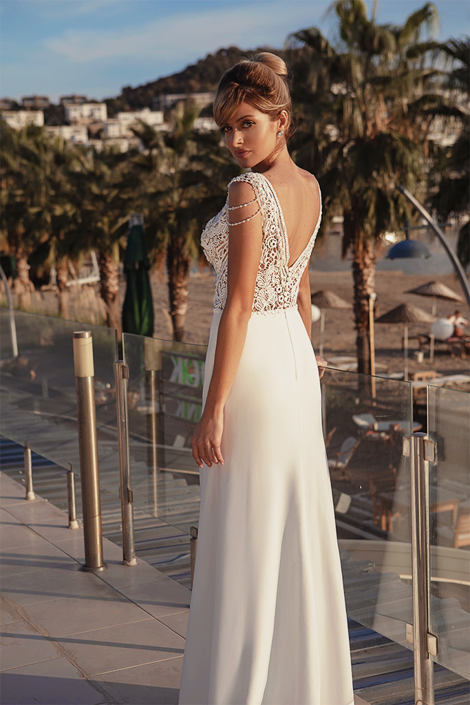 Wedding dresses Grayson Silhouette  Sheath  Color  Ivory  Neckline  Portrait (V-neck)  Sleeves  Wide straps  Train  With train - foto 3