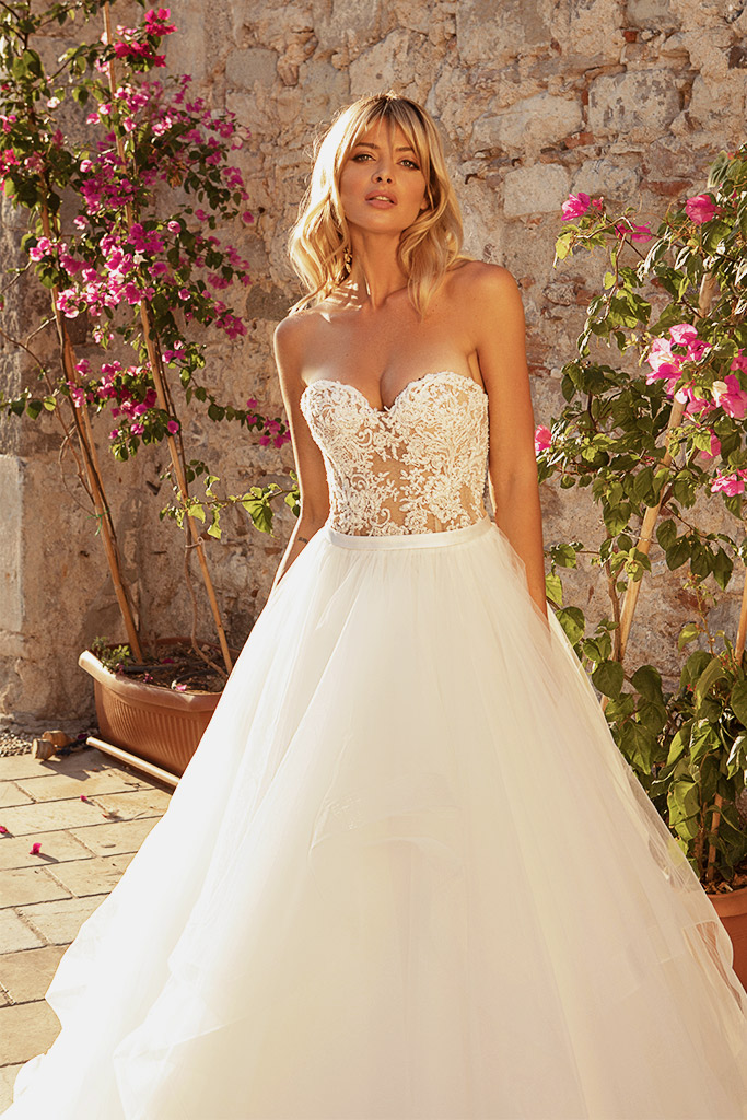 Wedding dresses Jardine with cape Silhouette  A Line  Color  Ivory-blush  Neckline  Sweetheart  Sleeves  Sleeveless  Train  Cape  With train - foto 4