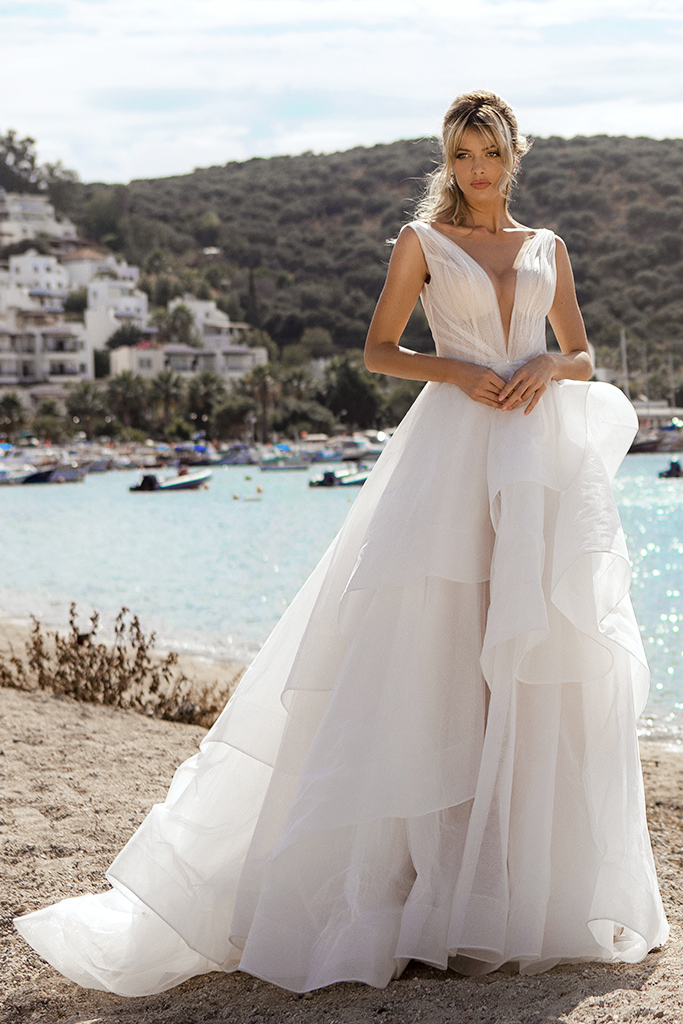 Wedding dresses Serena Silhouette  A Line  Color  Ivory-blush  Neckline  Portrait (V-neck)  Sleeves  Wide straps  Train  With train - foto 2