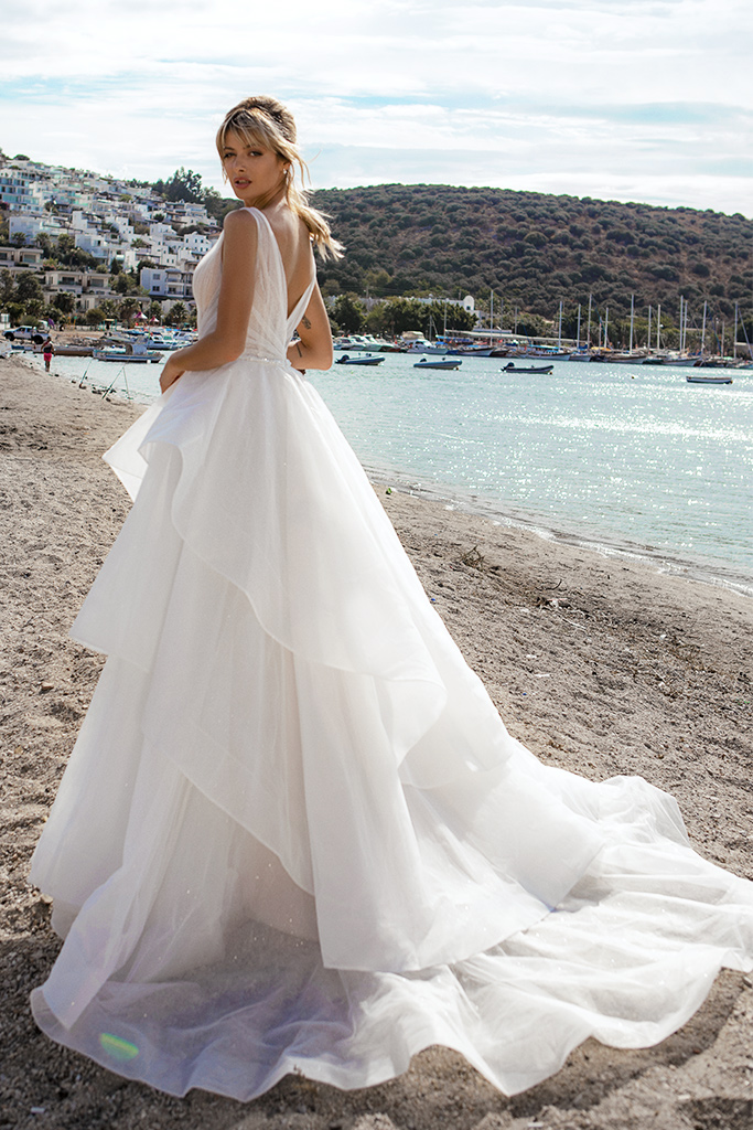 Wedding dresses Serena Silhouette  A Line  Color  Ivory-blush  Neckline  Portrait (V-neck)  Sleeves  Wide straps  Train  With train - foto 3