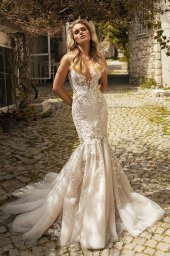 Wedding dresses Abigale Silhouette  Fitted  Color  Blush  Ivory  Neckline  Portrait (V-neck)  Sleeves  Wide straps  Train  With train - foto 4