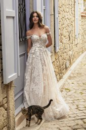 Wedding dresses Bria Silhouette  A Line  Color  Ivory-blush  Neckline  Sweetheart  Sleeves  Off the Shoulder Sleeves  Train  With train - foto 9