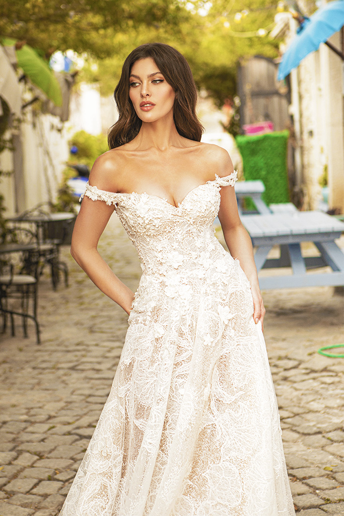 Wedding dresses Bria Silhouette  A Line  Color  Ivory-blush  Neckline  Sweetheart  Sleeves  Off the Shoulder Sleeves  Train  With train - foto 2