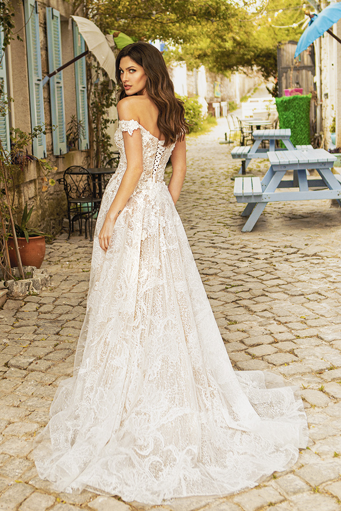 Wedding dresses Bria Silhouette  A Line  Color  Ivory-blush  Neckline  Sweetheart  Sleeves  Off the Shoulder Sleeves  Train  With train - foto 3
