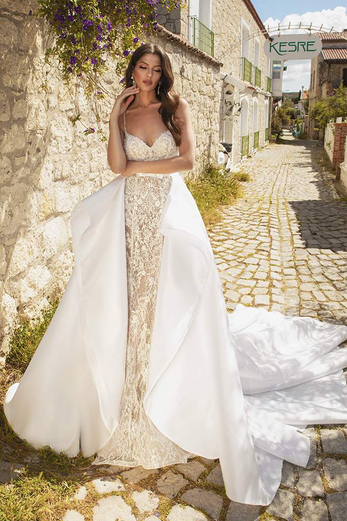 Wedding dresses Carmen Silhouette  Fitted  Color  Ivory-blush  Neckline  Sweetheart  Sleeves  Spaghetti Straps  Train  Detachable train  With train - foto 3