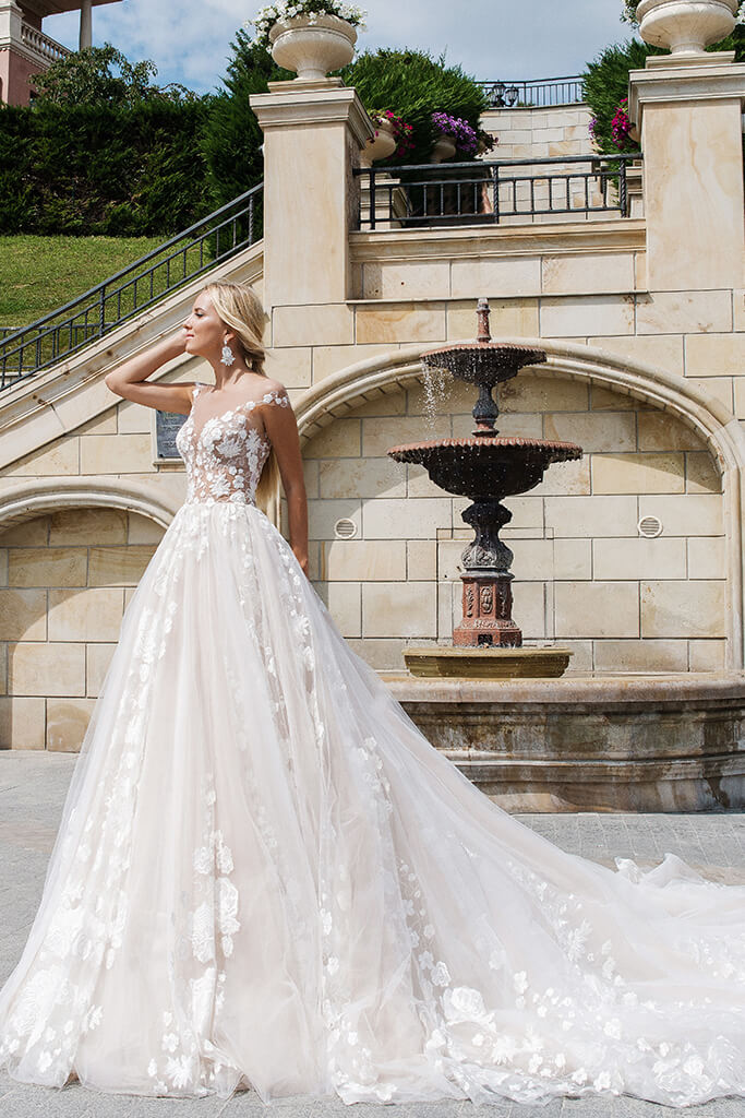 Wedding dresses Camea Collection  Iconic Look  Silhouette  Ball Gown  Color  Ivory  Neckline  Sweetheart  Illusion  Sleeves  Wide straps  Train  With train - foto 2