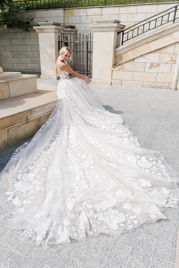 Wedding dresses Camea Collection  Iconic Look  Silhouette  Ball Gown  Color  Ivory  Neckline  Sweetheart  Illusion  Sleeves  Wide straps  Train  With train - foto 3