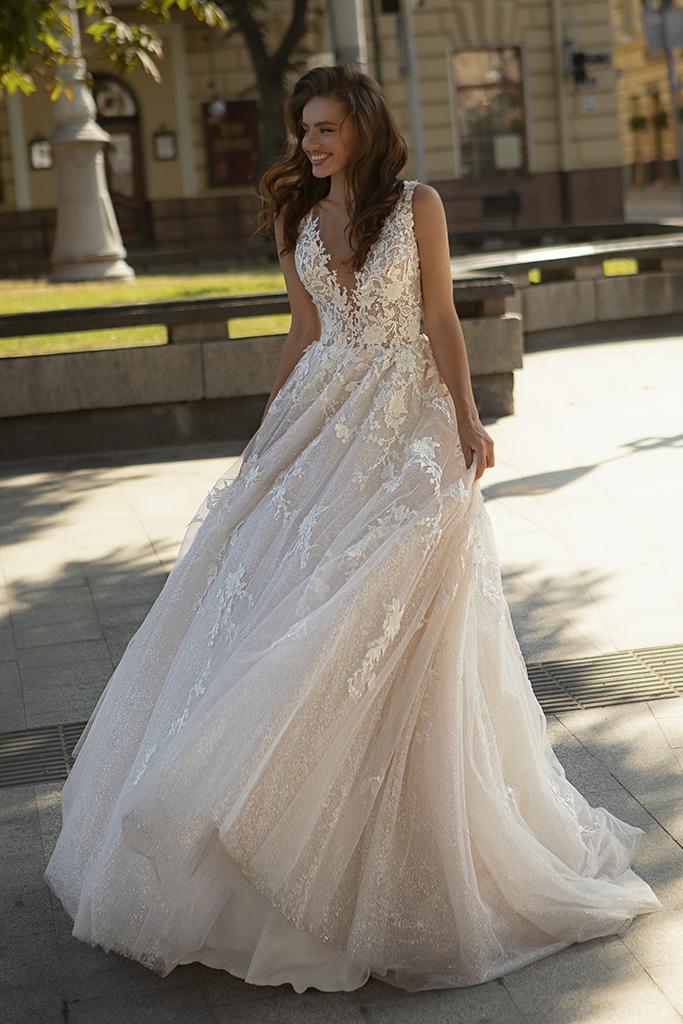 Wedding dress Dolores Silhouette  A-Silhouette  Farbe  Cappuchino   Ausschnitt  Porträt (V-Ausschnitt)  Ärmel  ärmellos  Schweif  Mit Schleppe - foto 3