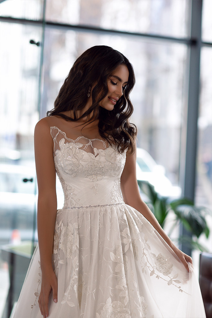 Wedding dress Karla Silhouette  A Line  Color  Ivory  Neckline  Scoop  Sleeves  Sleeveless  Train  With train - foto 2