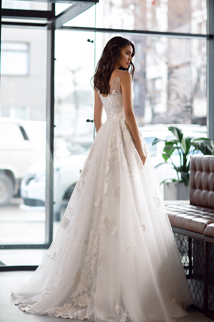 Wedding dress Karla Silhouette  A Line  Color  Ivory  Neckline  Scoop  Sleeves  Sleeveless  Train  With train - foto 4