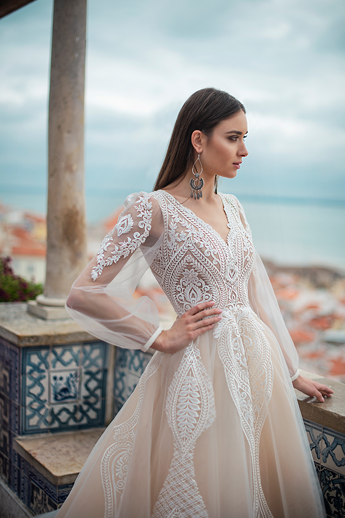 Wedding dress Lexie Silhouette  A Line  Color  Cappuccino  Ivory  Neckline  Portrait (V-neck)  Sleeves  Long Sleeves  Train  With train - foto 2
