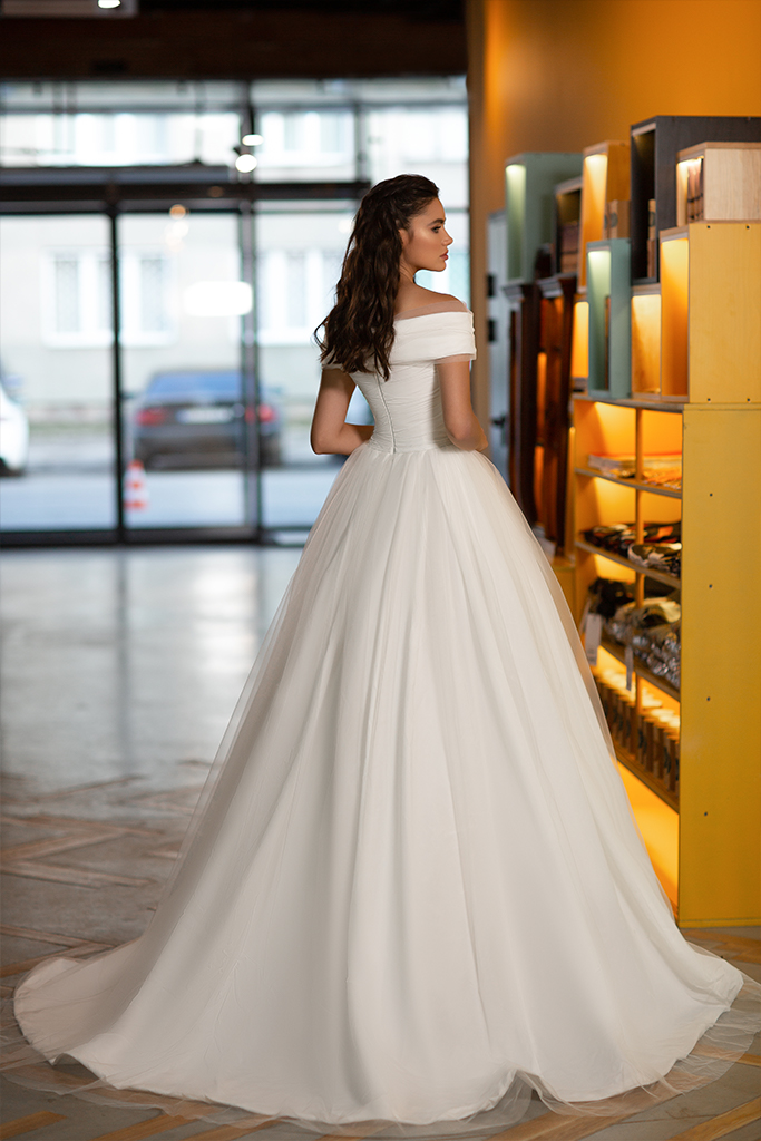 Wedding dress Mary Silhouette  A Line  Color  Ivory  Neckline  Off the Shoulder  Sleeves  Off the Shoulder Sleeves  Train  No train - foto 4
