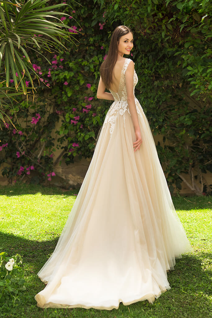 Wedding dress Myrcella Silhouette  A Line  Color  Cappuccino  Neckline  Bateau (Boat Neck)  Sleeves  Sleeveless  Train  With train - foto 4