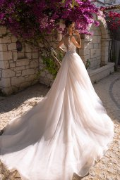 Wedding dress Pearly Silhouette  Fitted  Color  Cappuccino  Ivory  Neckline  Sweetheart  Straps  Sleeves  Sleeveless  Train  Detachable train - foto 2