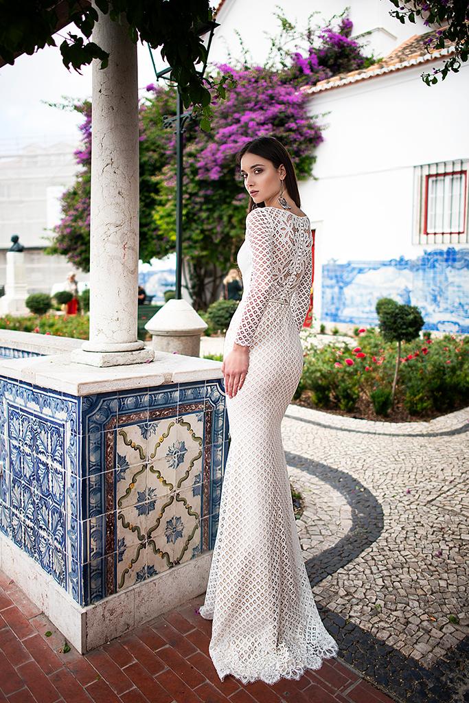 Wedding dress Epica  Silhouette  Sheath  Color  Ivory  Neckline  Bateau (Boat Neck)  Sleeves  Long Sleeves  Train  No train - foto 3