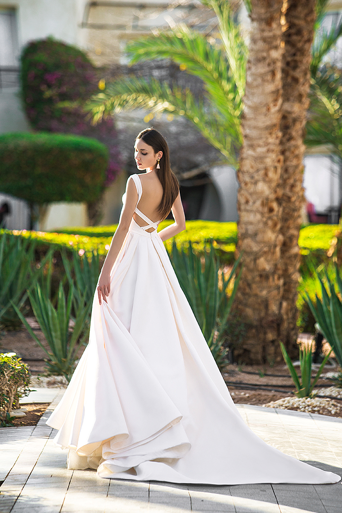 Wedding dress Naddel  Silhouette  A Line  Color  Ivory  Neckline  Bateau (Boat Neck)  Sleeves  Wide straps  Train  With train - foto 3