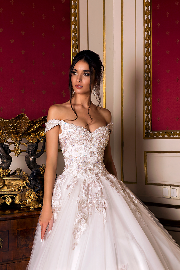 Wedding dress Flori  Silhouette  A Line  Color  Pink  Ivory  Neckline  Bateau (Boat Neck)  Sleeves  Off the Shoulder Sleeves  Train  With train - foto 2