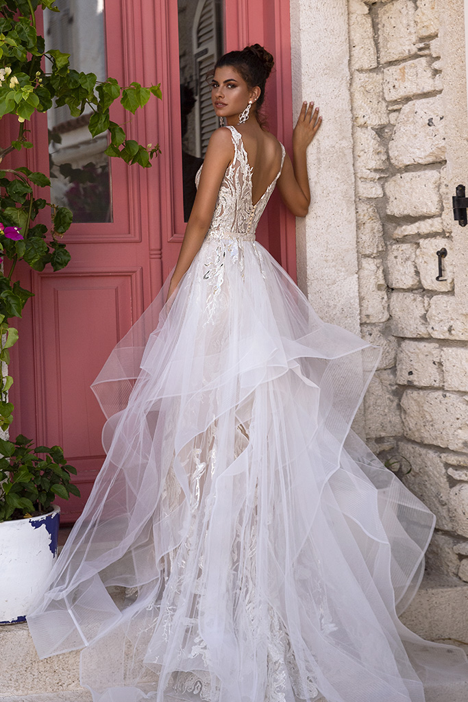 Wedding dress Fabiola Silhouette  Fitted  Color  Silver  Ivory  Neckline  Portrait (V-neck)  Sleeves  Sleeveless  Train  With train - foto 2