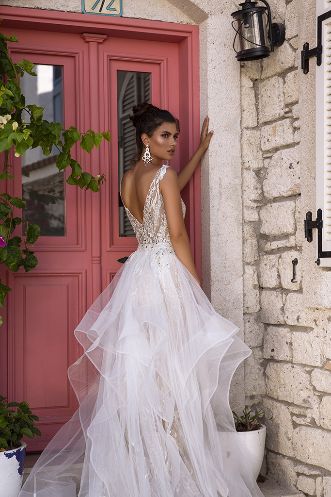 Wedding dress Fabiola Silhouette  Fitted  Color  Silver  Ivory  Neckline  Portrait (V-neck)  Sleeves  Sleeveless  Train  With train - foto 8