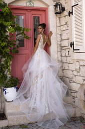 Wedding dress Fabiola Silhouette  Fitted  Color  Silver  Ivory  Neckline  Portrait (V-neck)  Sleeves  Sleeveless  Train  With train - foto 7