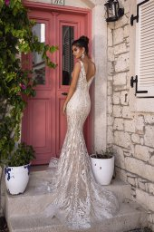 Wedding dress Fabiola Silhouette  Fitted  Color  Silver  Ivory  Neckline  Portrait (V-neck)  Sleeves  Sleeveless  Train  With train - foto 6