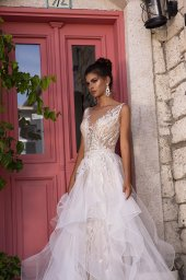 Wedding dress Fabiola Silhouette  Fitted  Color  Silver  Ivory  Neckline  Portrait (V-neck)  Sleeves  Sleeveless  Train  With train - foto 5