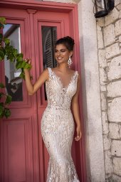 Wedding dress Fabiola Silhouette  Fitted  Color  Silver  Ivory  Neckline  Portrait (V-neck)  Sleeves  Sleeveless  Train  With train - foto 4