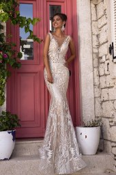 Wedding dress Fabiola Silhouette  Fitted  Color  Silver  Ivory  Neckline  Portrait (V-neck)  Sleeves  Sleeveless  Train  With train - foto 3