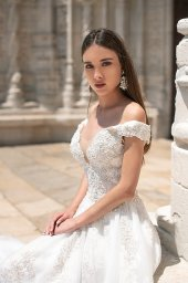 Wedding dresses Tiena Collection  Lisbon Lace  Silhouette  Ball Gown  Color  Ivory  Neckline  Sweetheart  Portrait (V-neck)  Sleeves  Off the Shoulder Sleeves  Train  With train - foto 3