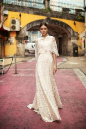 Suknie ślubne Frida Kolekcja  Lisbon Lace  Sylwetka  Prosta suknia   Kolor  Kremowy  Dekolt  Prosty  Rękawy  Szerokie ramiączka  Flex  Peleryna  Z trenem - foto 3