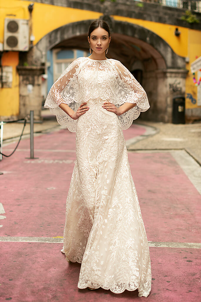 Suknie ślubne Frida Kolekcja  Lisbon Lace  Sylwetka  Prosta suknia   Kolor  Kremowy  Dekolt  Prosty  Rękawy  Szerokie ramiączka  Flex  Peleryna  Z trenem - foto 4
