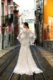 Suknie ślubne Frida Kolekcja  Lisbon Lace  Sylwetka  Prosta suknia   Kolor  Kremowy  Dekolt  Prosty  Rękawy  Szerokie ramiączka  Flex  Peleryna  Z trenem - foto 5