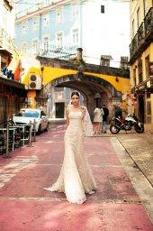 Suknie ślubne Frida Kolekcja  Lisbon Lace  Sylwetka  Prosta suknia   Kolor  Kremowy  Dekolt  Prosty  Rękawy  Szerokie ramiączka  Flex  Peleryna  Z trenem - foto 6