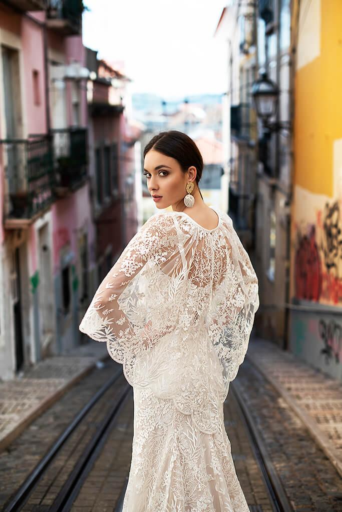 Suknie ślubne Frida Kolekcja  Lisbon Lace  Sylwetka  Prosta suknia   Kolor  Kremowy  Dekolt  Prosty  Rękawy  Szerokie ramiączka  Flex  Peleryna  Z trenem - foto 7
