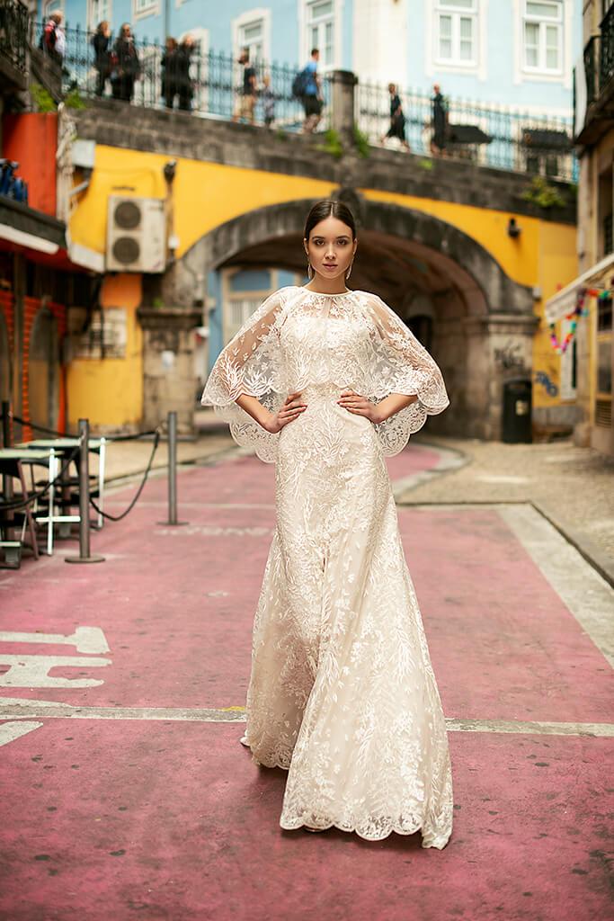 Suknie ślubne Frida Kolekcja  Lisbon Lace  Sylwetka  Prosta suknia   Kolor  Kremowy  Dekolt  Prosty  Rękawy  Szerokie ramiączka  Flex  Peleryna  Z trenem - foto 8
