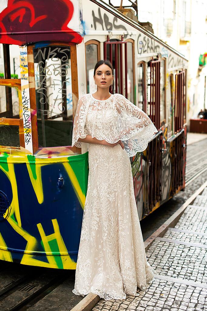 Suknie ślubne Frida Kolekcja  Lisbon Lace  Sylwetka  Prosta suknia   Kolor  Kremowy  Dekolt  Prosty  Rękawy  Szerokie ramiączka  Flex  Peleryna  Z trenem - foto 9