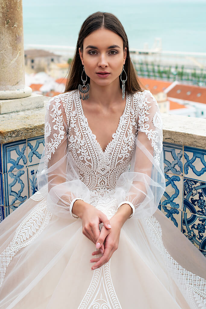 Wedding dresses Lexie Collection  Lisbon Lace  Silhouette  A Line  Color  Ivory  Neckline  Portrait (V-neck)  Sleeves  Long Sleeves  Balloon  Train  With train - foto 3