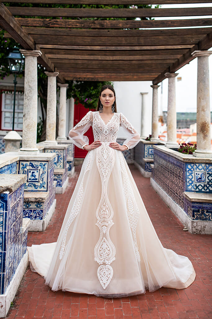 Wedding dresses Lexie Collection  Lisbon Lace  Silhouette  A Line  Color  Ivory  Neckline  Portrait (V-neck)  Sleeves  Long Sleeves  Balloon  Train  With train - foto 6