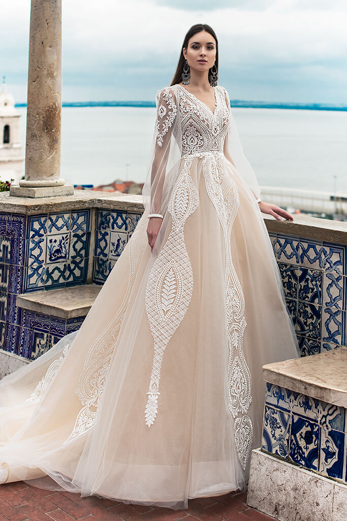 Wedding dresses Lexie Collection  Lisbon Lace  Silhouette  A Line  Color  Ivory  Neckline  Portrait (V-neck)  Sleeves  Long Sleeves  Balloon  Train  With train - foto 7