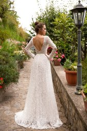 Wedding dresses Eveline Collection  Dolce Italia  Silhouette  Sheath  Color  Ivory  Neckline  Bateau (Boat Neck)  Sleeves  Long Sleeves  Fitted  Train  No train - foto 2