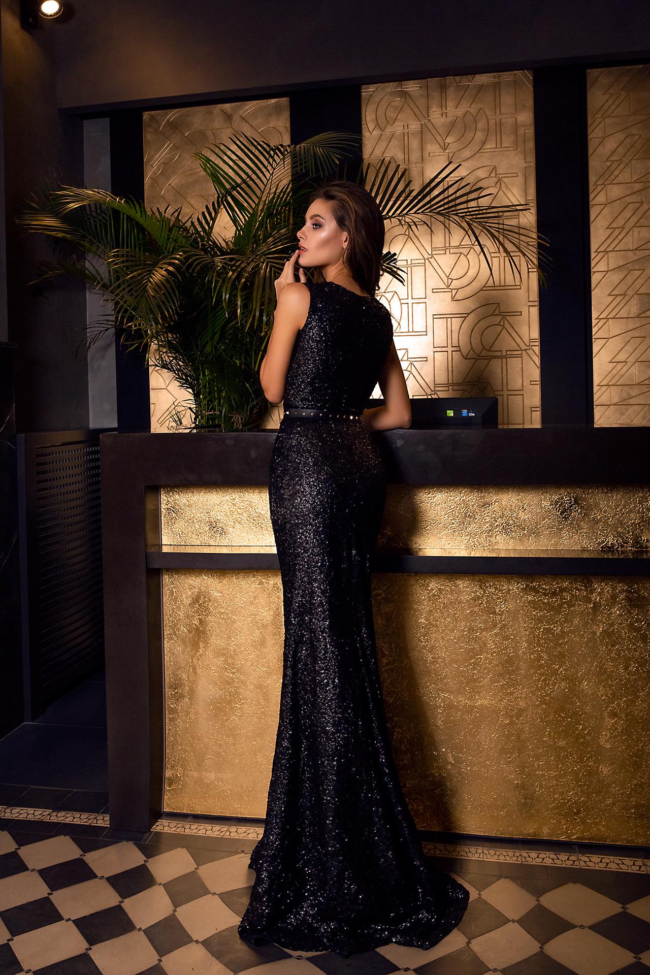 Sukienki Wieczorowe 1474 Sylwetka  Dopasowana sukienka   Kolor  Black  Dekolt  Portret (dekolt w serek)  Rękawy  Szerokie ramiączka  Flex  Bez trenu - foto 3
