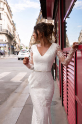 Wedding dresses Sabina Collection  L`arome de Paris  Silhouette  Fitted  Color  Ivory  Neckline  Portrait (V-neck)  Sleeves  Long Sleeves  Fitted  Train  With train - foto 4